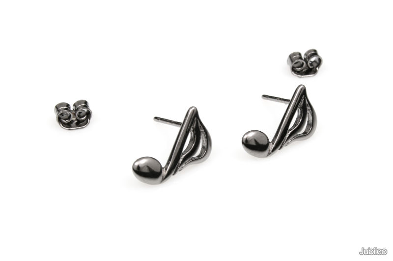 9f990cbc7b43a2 Delikatne niewielkie kolczyki w kształcie nutek, wykonane z lekkiego stopu  metali nieszlachetnych, w kolorze